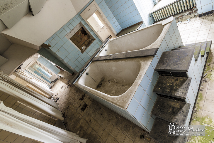 Double baignoire pour le lavage des petits enfants du Home de Noisy