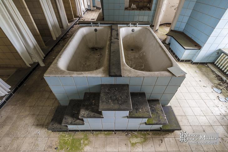 Double baignoire symétrique pour les enfants en bas âge au Home de Noisy