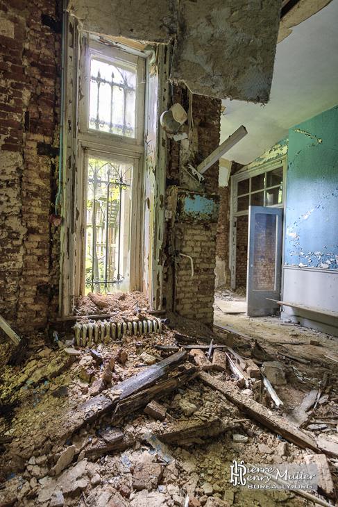 Effondrement du plafond et couloir coloré du château Noisy en HDR