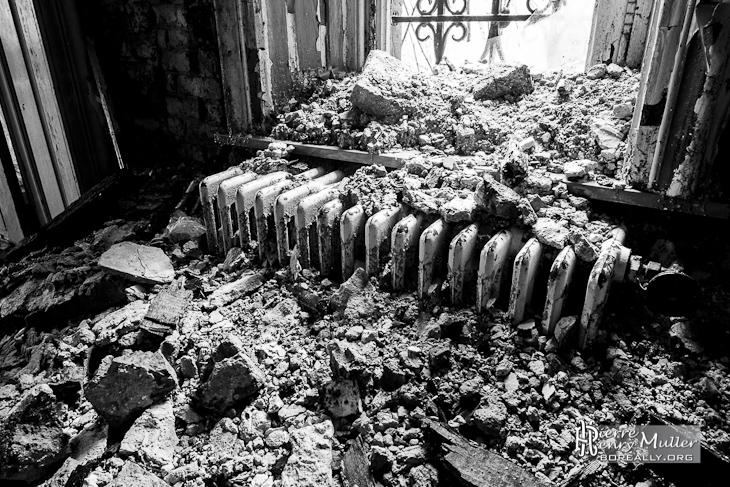 Effondrement sur un radiateur en fonte pr s d 39 une fen tre for Fenetre noir et blanc
