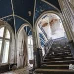 Escalier principal du château Noisy avec plafond bleu en croisée d'ogive