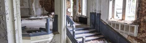 Cette partie du Château abandonné de Noisy Miranda comporte des plafonds en voûte avec croisée d'ogive bleu à l'étage et rouge au rez de chaussée. L'escalier possède une rampe bleue de type marbre bleu....