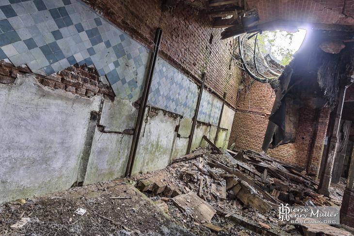 Mur délabré et toit effondré au château de Noisy Miranda en HDR