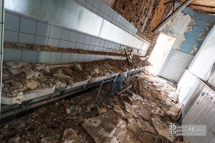 Mur effondr sur des lavabos collectifs au ch teau noisy - Champignon mur exterieur maison ...