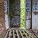 Porte des écuries donnant sur la forêt en TTHDR