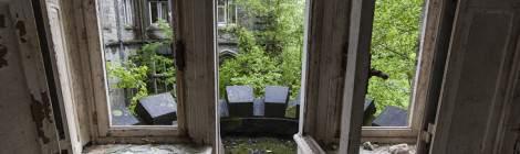 Porte fenêtre dans un bureau du château donnant sur un balcon avec créneaux de type château fort....