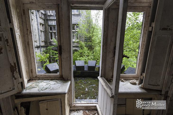 Porte fen tre donnant sur balcon du ch teau noisy miranda for Centre de liquidation porte et fenetre