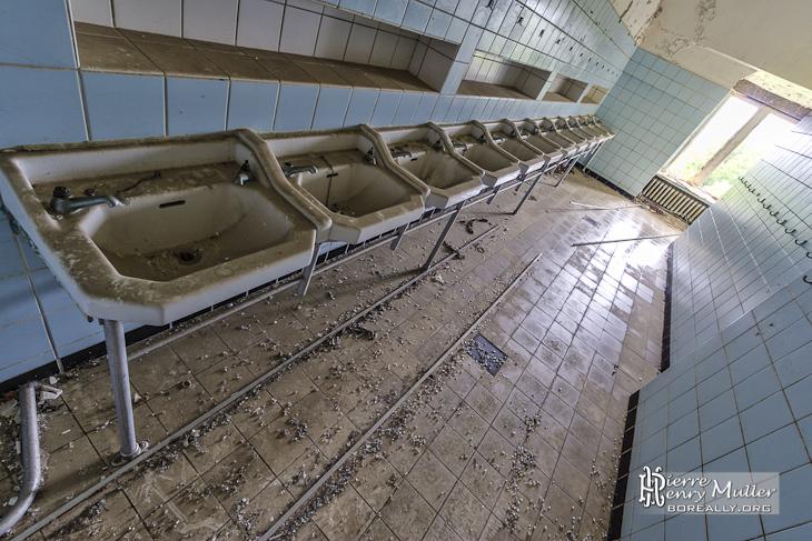 Rangée de lavabos collectifs au Home de Noisy en TTHDR