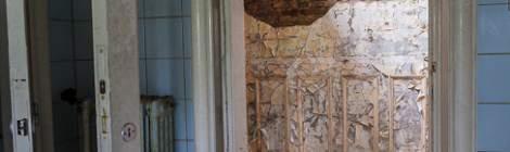 Les ravages causés par le champignon de la mérule est visible sur le mur, la pierre est rongée et se désagrège lentement. Le château est devenu vraiment instable ces dernières années.