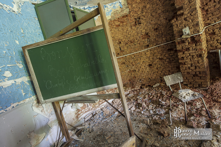 Salle de classe avec tableau à craie au Home de Noisy Miranda