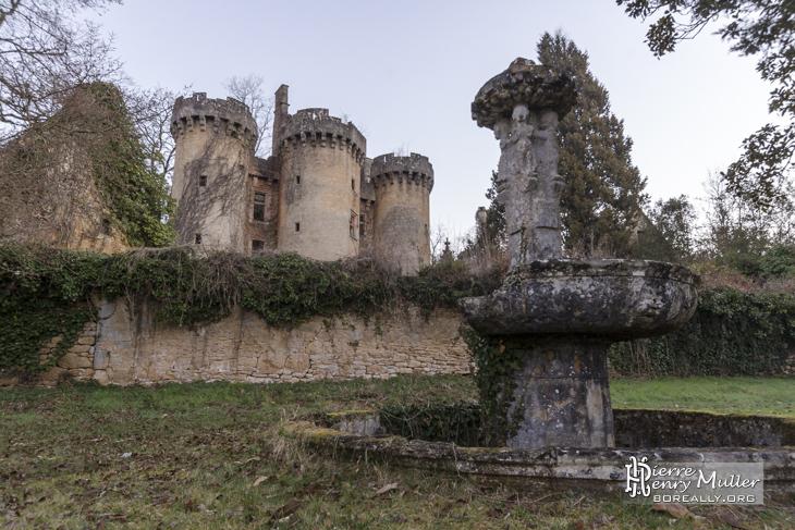 Château de Saint Vincent le Paluel et sa fontaine