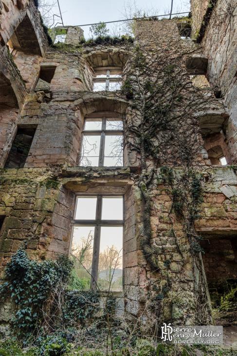 Intérieur du château abandonné sans paliers