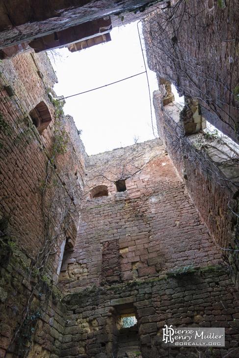 Intérieur du château en ruine sans paliers