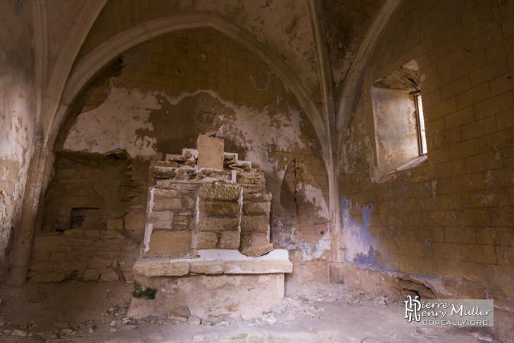 Salle en ruine au château abandonné Saint Vincent le Paluel