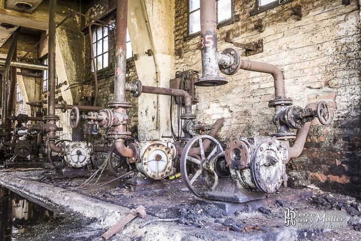 Pompes hydrauliques rouillée dans la friche industrielle