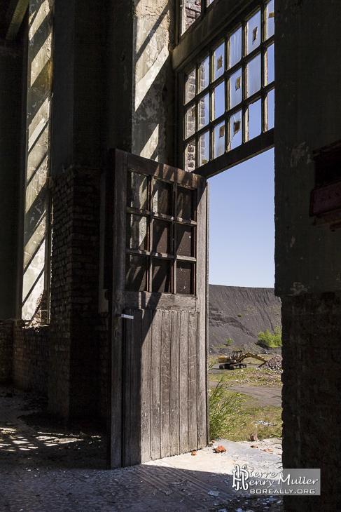 Porte en bois d'un hangar de la cokerie Anderlues