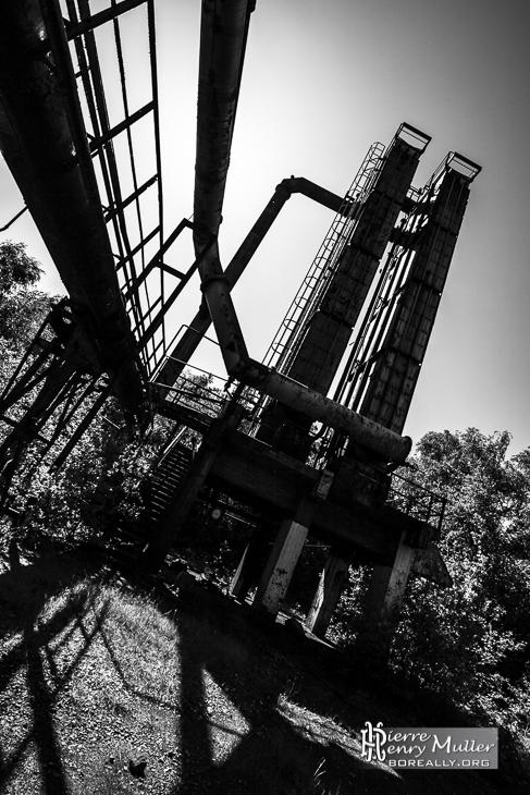Structure industrielle en noir et blanc