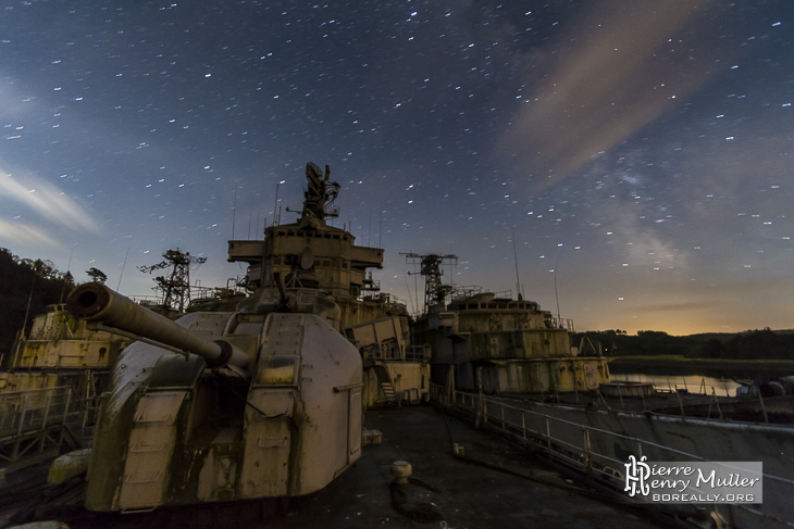 Ciel étoilé sur la proue du croiseur Colbert