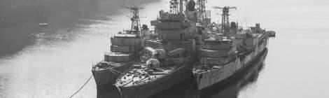 La Galissonnière, le croiseur Colbert et le Duperré au cimetière marin de Landévennec....