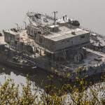 Remorqueur, barge et bateau au cimetière marin