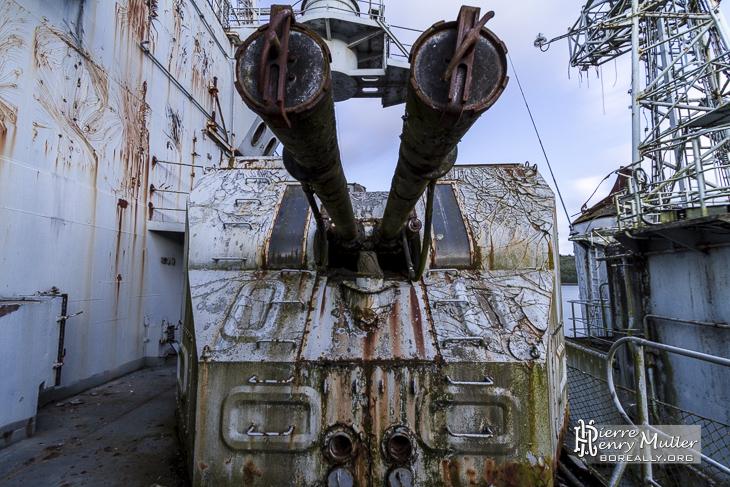 Tourelle de canons de 57mm sur le croiseur Colbert