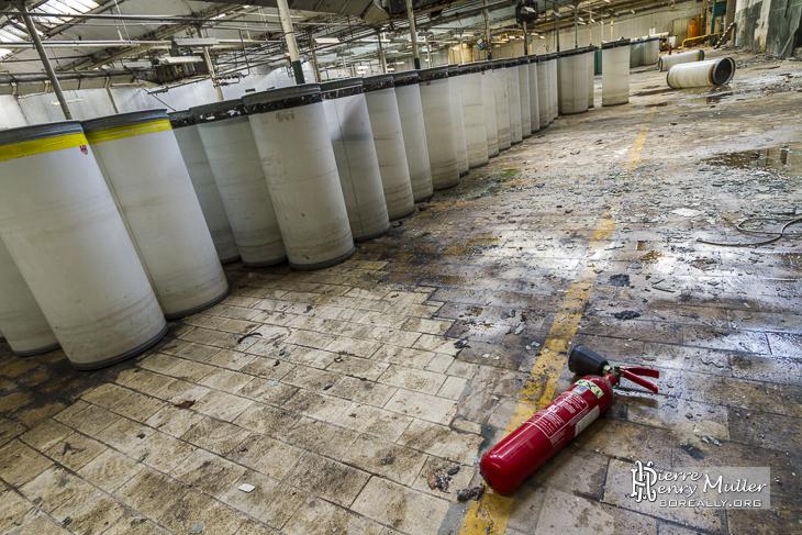 Ancien extincteur dans le hangar des conteneurs cylindriques