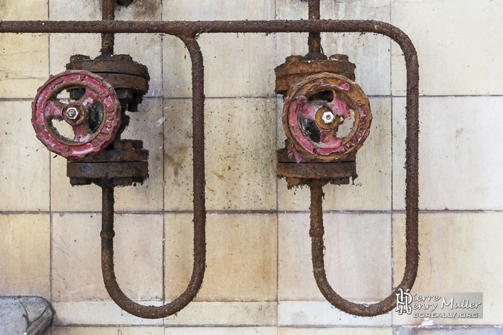 Anciennes vannes hydrauliques rouillées à la filature