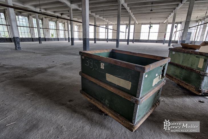 Caisses dans un entrepôt de la filature