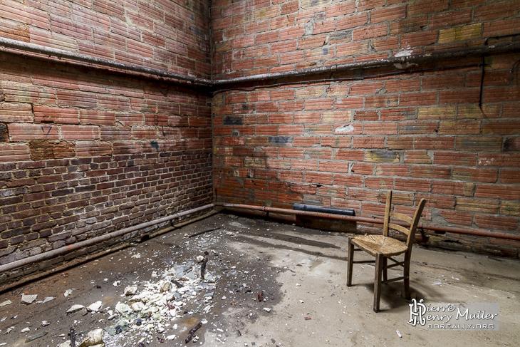 Chaise pour méditer dans une pièce vide de l'usine