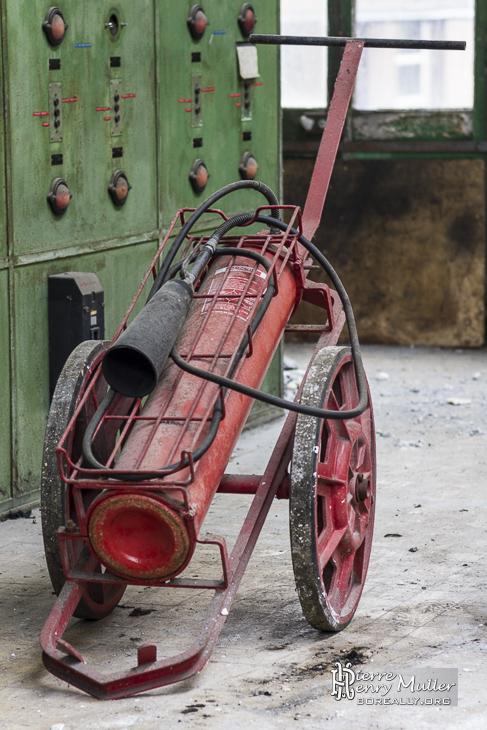 Extincteur d'époque sur chariot à roue
