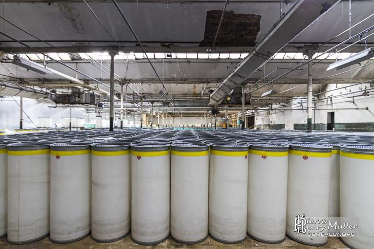 Hangar des conteneurs de fibre brute