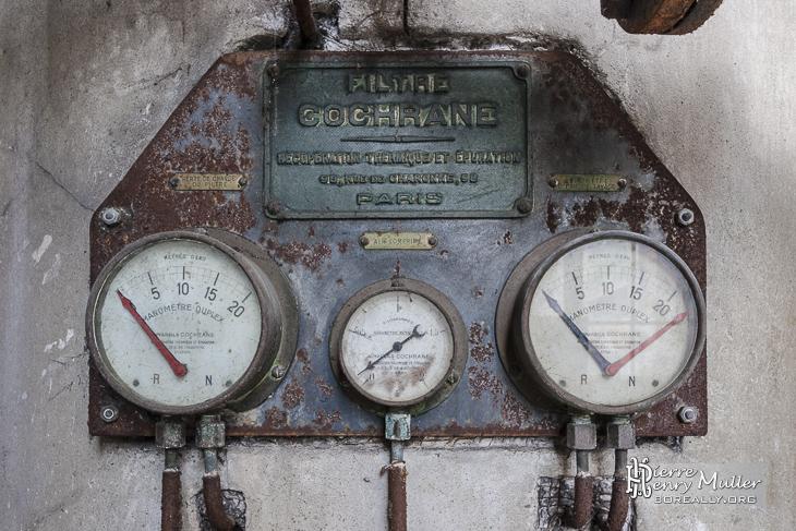 Panneaux aux manomètres hydrauliques de l'usine Badin Sartel