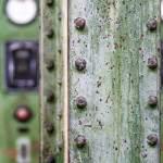 Poutre rivetée sur fond d'ancien tableau électrique