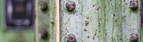 ...Poutre rivetée sur fond d'ancien tableau électrique à l'usine Badin à Barentin...