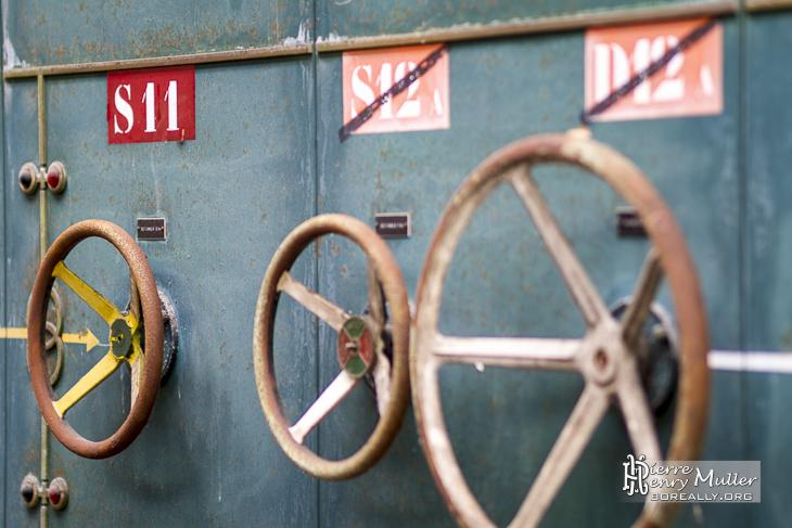 Roue de commande sur l'ancien tableau électrique de l'usine