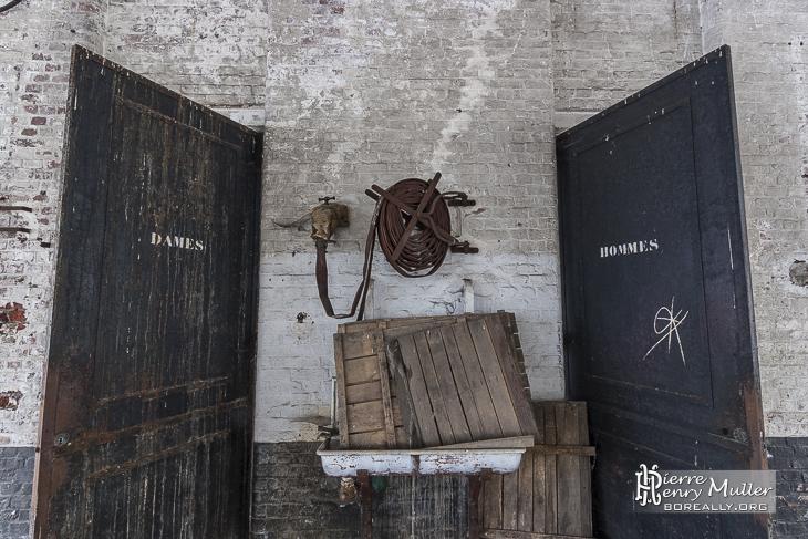Symétrie de vieilles portes de toilettes