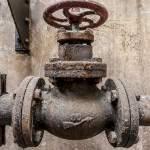 Vanne hydraulique rouillée dans une friche industrielle
