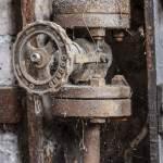 Vanne rouillée dans l'usine à l'abandon