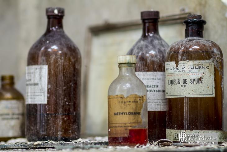 Vieilles bouteilles de produits chimiques