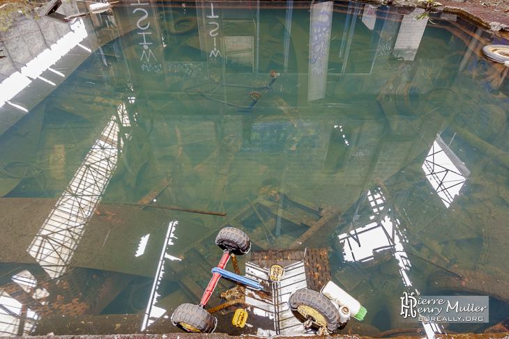 Bassin d'eau croupie avec décharge d'objets