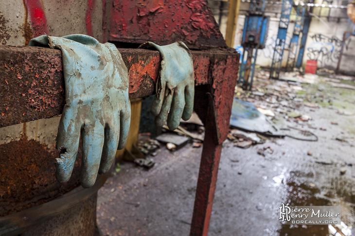 Gants oubliés dans la fonderie de Vernon