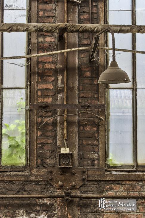 Mur et fenêtres dans un hangar abandonné