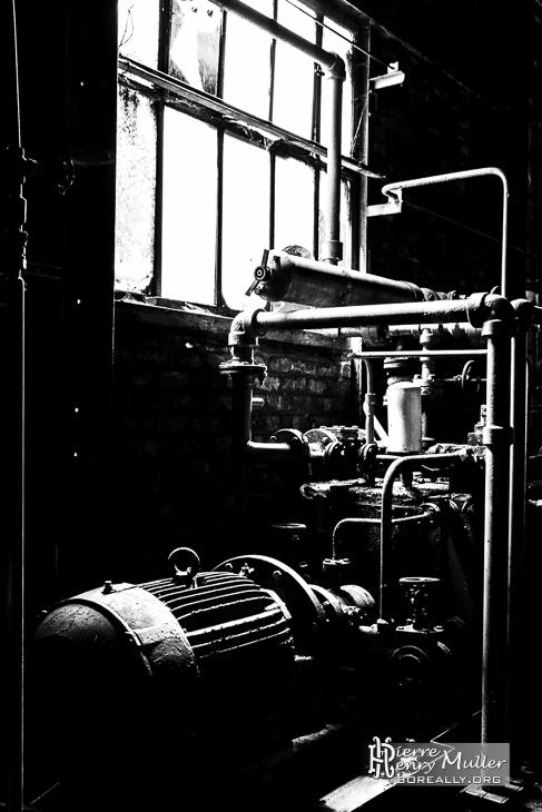 Noir et blanc d'une pompe hydraulique