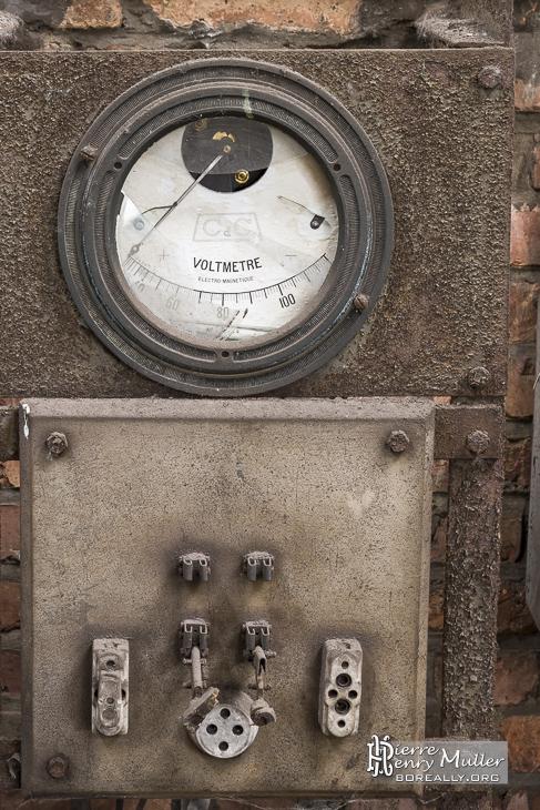 Panneau électrique avec voltmètre à aiguille