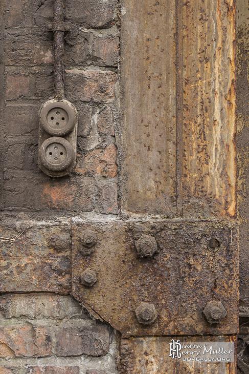 Prises de courant sur un mur industriel