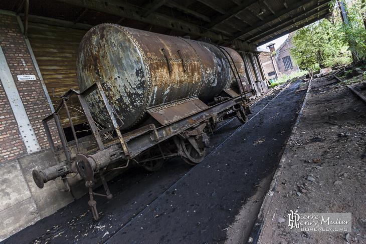 Wagon rouillé et abandonné sur sa voie