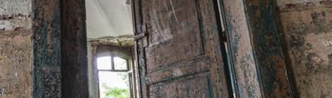Châssis et porte à la peinture écaillée au fort de la Chartreuse...