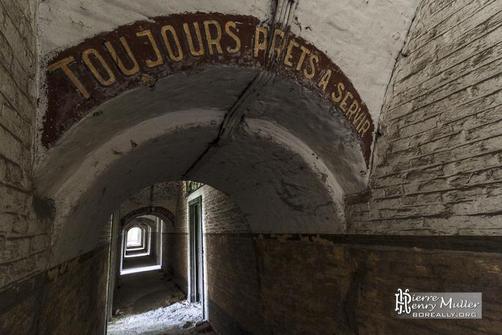 Couloir du fort avec devise toujours prêts à servir