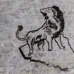 Dessin d'un lion sur un rocher sur les murs du fort de la Chartreuse