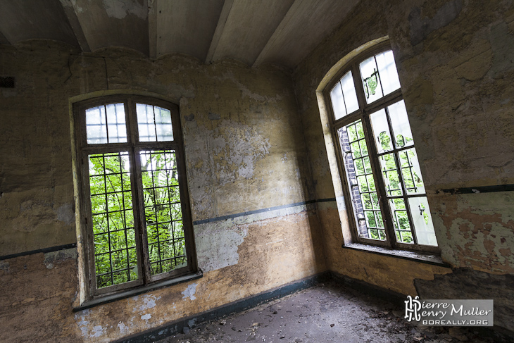 Intérieur de la caserne du fort et végétation au travers des vitres du fort de la Chartreuse